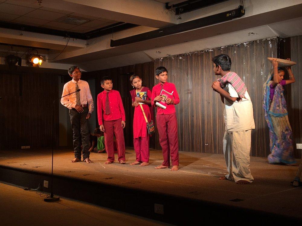 Bestyrelsesformand Mette Lange:  D. 15 november var jeg i Panjim, Goas hovedstad, hvor 18 børn fra Gujatat optrådte i Art & Culture Centre - for fulde huse. Børnene har selv skrevet stykket, der omhandler børnearbejde, retten til at gå i skole, børneægteskaber og sygdomme forårsaget af pesticider, når der arbejdes i marken hjemme i landsbyerne. Trods de meget alvorlige emner var der plads til smil - og tårer, for det var dybt rørende. Det bedste teater jeg har set i Indien - og jeg har set mange, der var usædvanligt kedelige. Det var på Hindi, såjeg fik jo slet ikke det hele med, men essensen var klar . Og hvad der også var klart var børnenes styrke, og deres viden om rettigheder- det har de lært af vores ildsjæl Devendra. Alle børn og lærere kommer til middag i vores hus i aften - deres sidste aften i Goa - og der skal festes med god mad og is og vi har sat vores gamle bordtennis bord frem, så der forhåbentligt også kan leges - glæder mig - og vil poste et par billeder snarest.