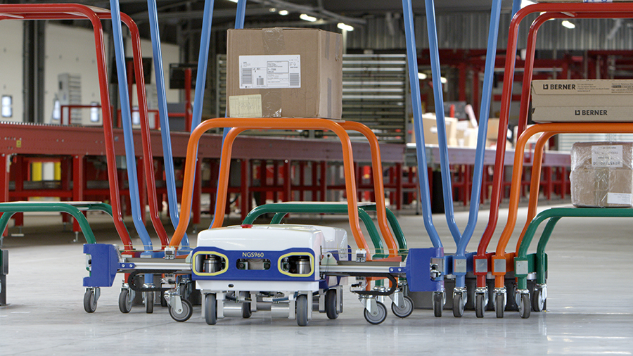 Le robot opérant une unité mobile qui porte un colis