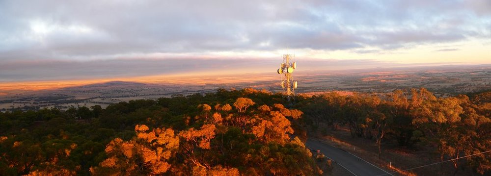 Mount Tarrengower Lookout  provides panoramic views over Maldon and the neighbouring districts.  Erected in 1923 the tower was made using the poppet head from the Comet Mine in Bendigo and brought to Maldon by train; the legs were then carried up the mountain on a horse-drawn jinker.