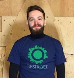Greg er leder for lager, transport, og ektraksjon ute på byggprosjekter. Greg har ansvar for koordinering av mannskap og besitter mestergrad i ledelsespsykologi.