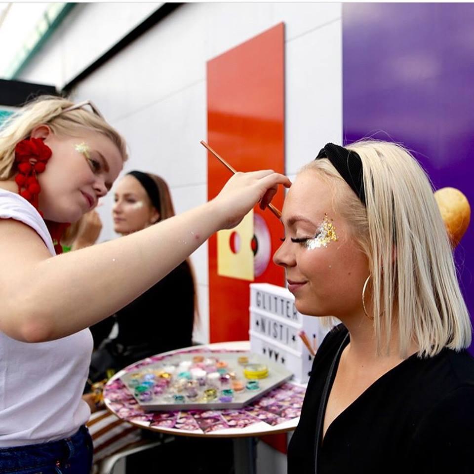 Glittermeikkipiste Subways pisteellä Ruisrockissa 2018