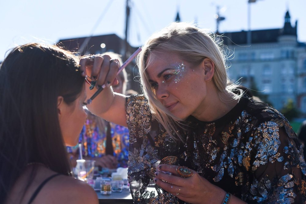 Glitternisti yritystapahtumaasi - Glitternisti-, eli glittermeikkitiimin, voi tilata mihin tahansa tapahtumaan Suomessa välillä HKI-Rovaniemi. Tähän mennessä olemme glittermeikanneet asiakkaitamme ja heidän vieraitaan muun muassa keikkalavalla, pikkujouluisissa, avajaisjuhlissa, festivaaleilla, klubeilla, hääjuhlissa, oopperassa, VR:n junassa, vaatelainaamossa, mainoskuvauksissa ja konserteissa. Glittermeikkien lisäksi teemme myös kasvo/vartalomaalauksia, lettejä, perinteisiä meikkikeikkoja ja pikamanikyyrejä. Glitternisti sopii oikein hyvin aikuisten ja lasten tapahtumiin! Keikat voidaan tehdä myös biohajoavilla tuotteilla. Kaikki tarjoamamme palvelut näet täältä!Ota yhteyttä / pyydä hinnasto!