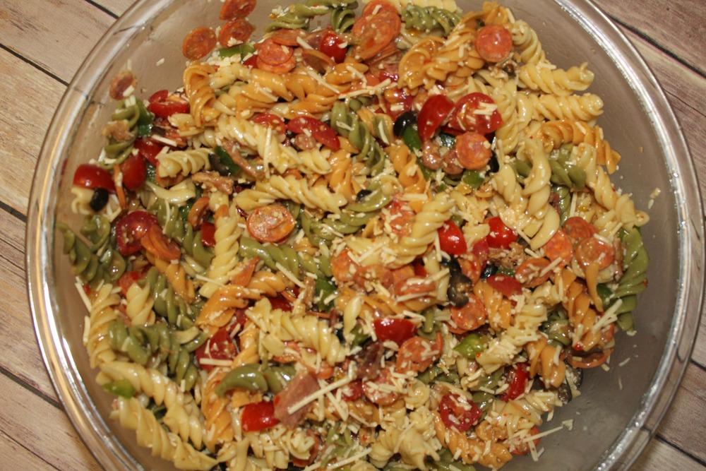 Holl & Lane Magazine // Recipe: Loaded Pizza Pasta Salad