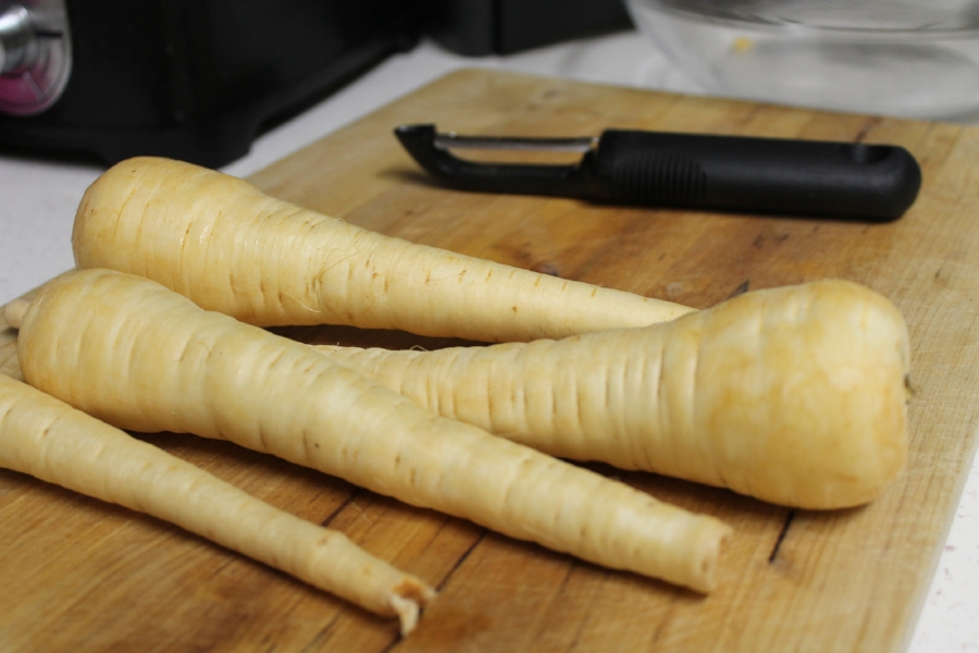 It looks like a large, white carrot. It smelled similar to a carrot, but a little more herbacious