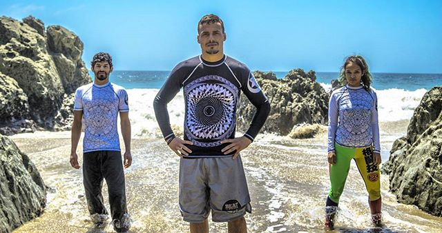 SOMEO Rash Guards!!! Hypnotize your opponent with our Fractal Hypnosis Rash Guard or turn heads with our Universal Expansion Rash Guard Limited Quantites so don't miss out. Check Someolab.com or DM for more information.  Models : @darceknight @joeyhauss @the_debs  Photo by : @ovfilms  #photography #bjj #mma #grappling #wrestling #brazilianjiujitsu #jiujitsulifestyle #jiujitsu #jiujitsubeach #beach #sycamorecove #jiujitsuonthebeach #socaljiujitsu #Socal #grapplers #10thplanet #jeanjacquesmachado #vmac #subconscious #kingscombat #group #ovfilms #darce #choke #submission #rashguards #rashguard #bjjapparel #bjjgear #jiujitsu4life