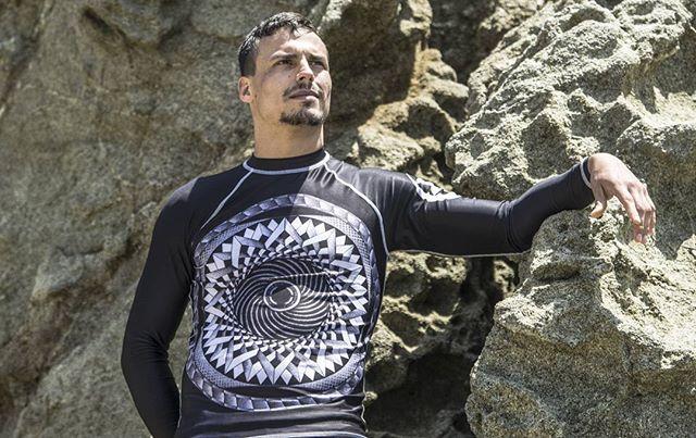 SOMEO Fractal Hypnosis Rash Guard is available for sale on SOMEOlab.com  Model: @joeyhauss  Photo by: @ovfilms  #photography #bjj #mma #grappling #wrestling #brazilianjiujitsu #jiujitsulifestyle #jiujitsu #jiujitsubeach #beach #sycamorecove  #jiujitsuonthebeach #socaljiujitsu #Socal #grapplers #10thplanet #jeanjacquesmachado #vmac #subconscious #kingscombat #group #ovfilms #rashguards #rashguard #grapplinggear #bjjapparel