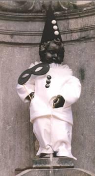 Manneken Pis in Pierrot pak.jpg