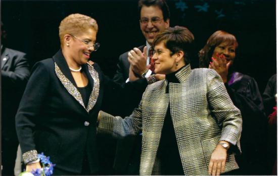 Presidenta del Consejo de Atlanta, Cathy Woolard y La Alcaldesa Shirley Frankiln en la ceremonia de juramento para la oficina en 2002.