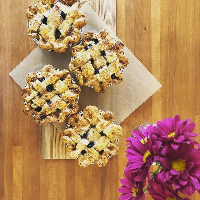 I think you need some mini blueberry pies for your holiday weekend 👌🏻 #blueberry #piestyle #pie #pielife #pieclub #piepiepie #minipie #extradelicious #high5pie #salmoncreekcafe #holidayspecial #summertime #ambaum4life