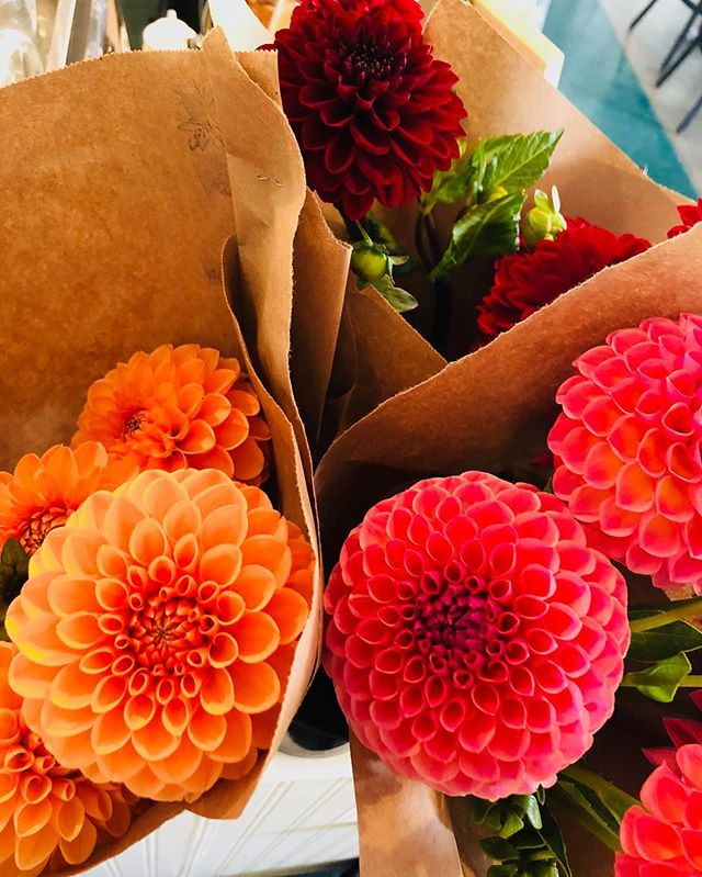 Come grab a beautiful bouquet of locally grown flowers by @horihoriflowers  at @salmoncreekcafe ! Available today through the weekend! #localmarket #locallygrown #flowers #flowerstagram #shoplocal #flowersandpie #salmoncreekcafe #high5pie #burien #shorewood #whitecenter
