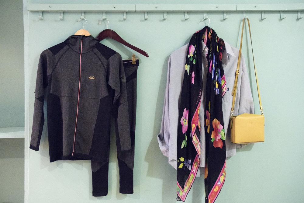 Tenue de sport: Ollé. Chemise: Ralph Lauren Vintage. Foulard: Léonard Vintage. Sac: Pourchet.