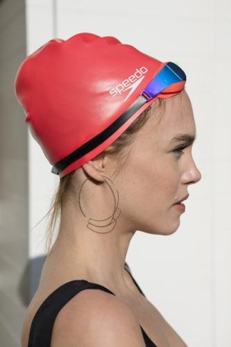 Maillot: ASOS. Bonnet et lunettes de piscine: Speedo. Boucles d'oreilles: &OtherStories.