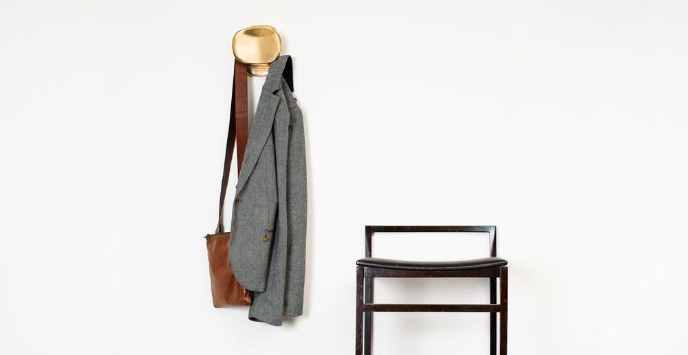 general-decoration-gede-coat-peg-polished-bronze-front-interior-01.jpg