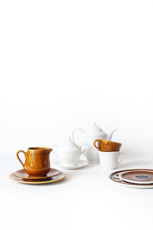 Latte - € 45 - Gereserveerd- Dessert/ontbijtset 8 personen- Bevat: 1 koffiekan, 1 melkkan, 1 suikerpot, 8 dessert/ontbijtborden, 8 kopjes, 8 ondertassen- Vaatwas: all good- Lichte craquelé bij enkele kopjes en melkkan