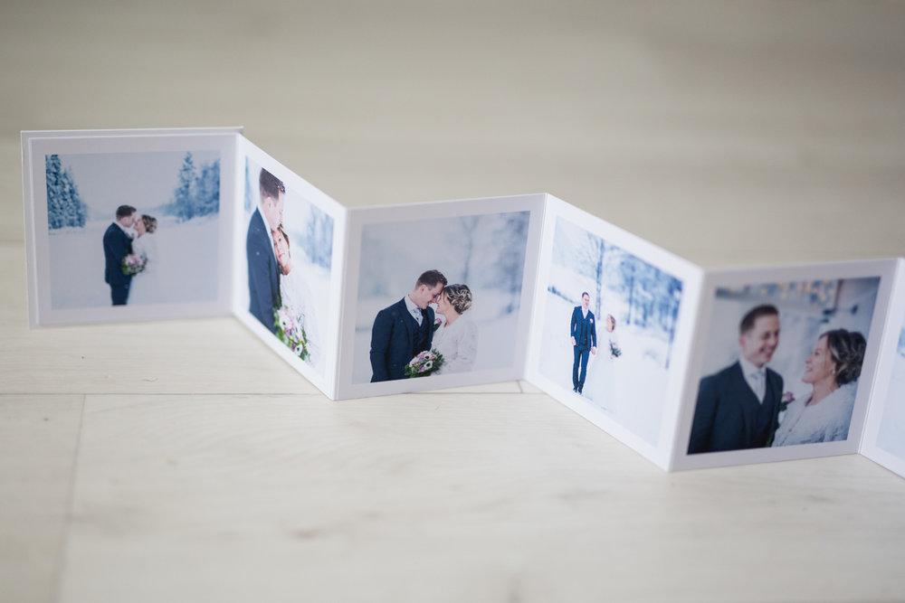 Minialbum - 1000:-  Handgjort dragspelsalbum på 10x10 cm med matt yta, 12 bilder, finns i fler färger.