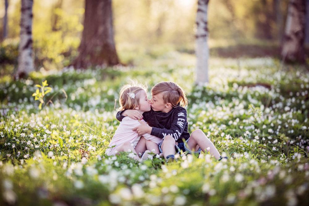 BARNFOTOGRAFERING  Utomhusfotografering i vacker miljö oavsett årstid. För ett eller flera barn, kan givetvis kombineras med bilder på hela familjen.