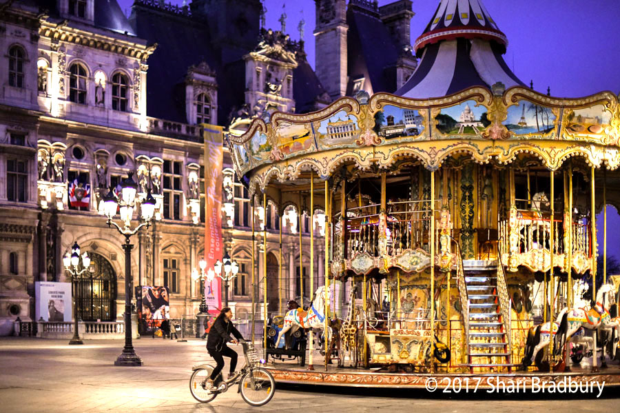 The carousel in front of the Hôtel de Ville.