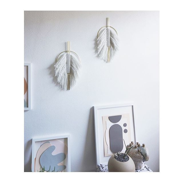 Vertical fringed wall hangings 🕊 . . . . . #attaliedexter #homedecor #inmydomaine #interiors #apartmentherapy #uohome #dwell #finditstyleit #sodomino #flashesofdelight #interiordesign #wallhanging