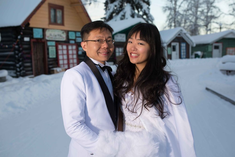 Bride+and+Groom+under+Northern+Lights+Fairbanks+Alaska+07.jpg