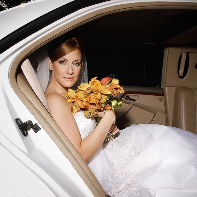 #bride #love #weddingphotography #photography #portrait #car #limousine #sanjuan #woman #flowers #bouquet #eyes #beutiful #puertorico #caribbean
