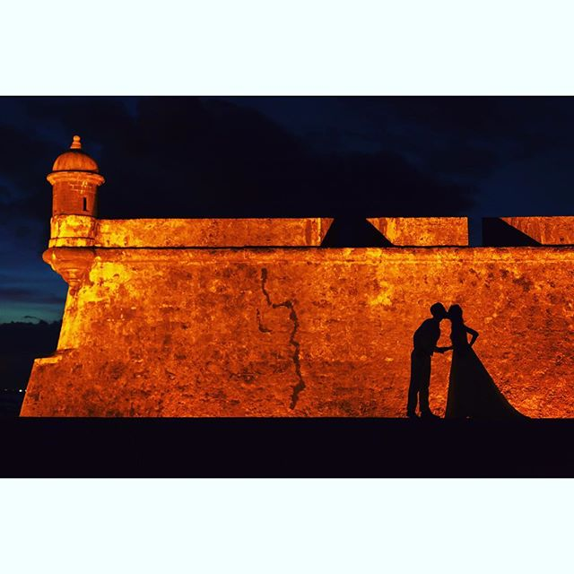 #alexdavidstudio #oldsanjuan #sanjuan #puertorico #wedding #elmorro #fort #photography #composition #garita #kiss #couple #bride #groom #yellow #orange #night #princess
