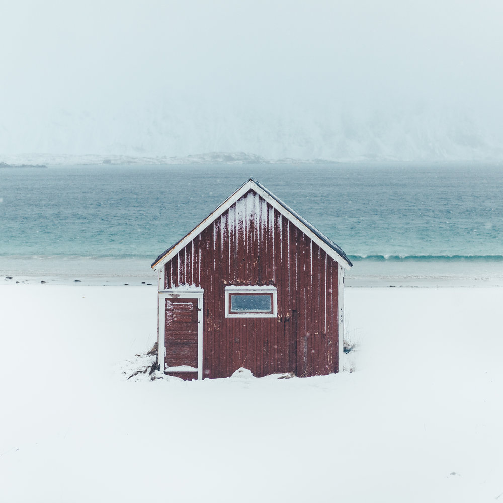 Rødt hus på stranden.jpg