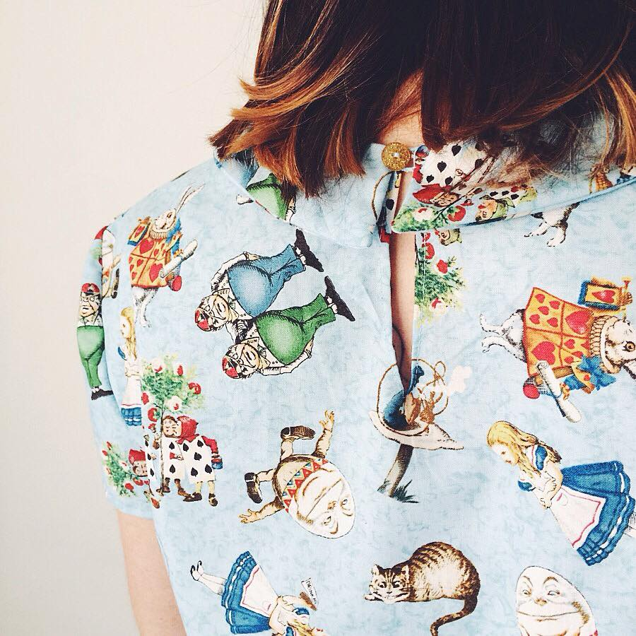"""Camisa vintage by Neko confeccionada 100% handmade. Tela de los EEUU estampada con maravillosas ilustraciones de """"Alicia en el país de la maravillas"""". La colección constaba de 5 unidades únicas."""