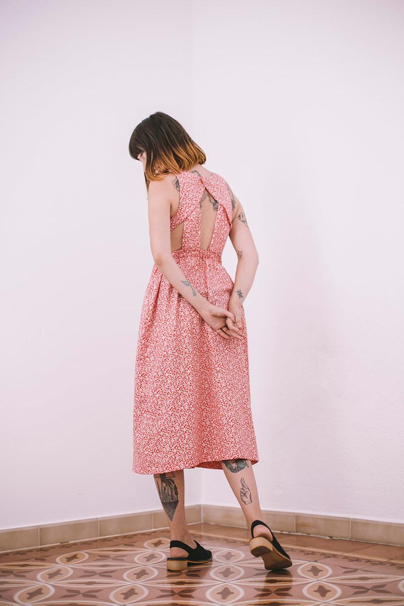 Vestido de falda con vuelo, largo midi, tiro alto y que marca la cintura. Favorecedor y femenino, de inspiración vintage.
