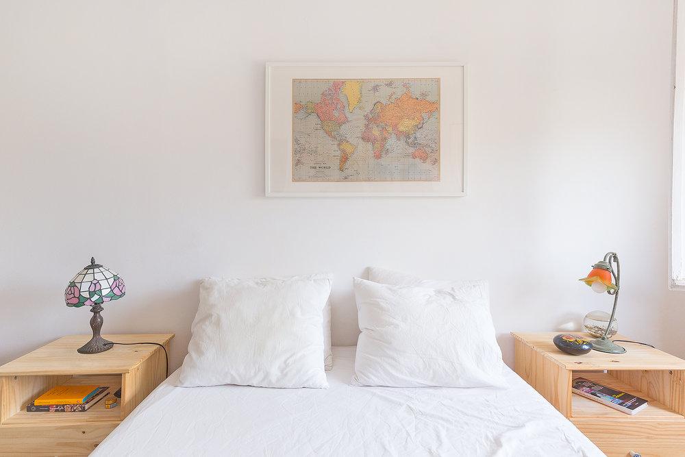 Nuestra habitación y el póster que traje de Toulouse como elemento central.