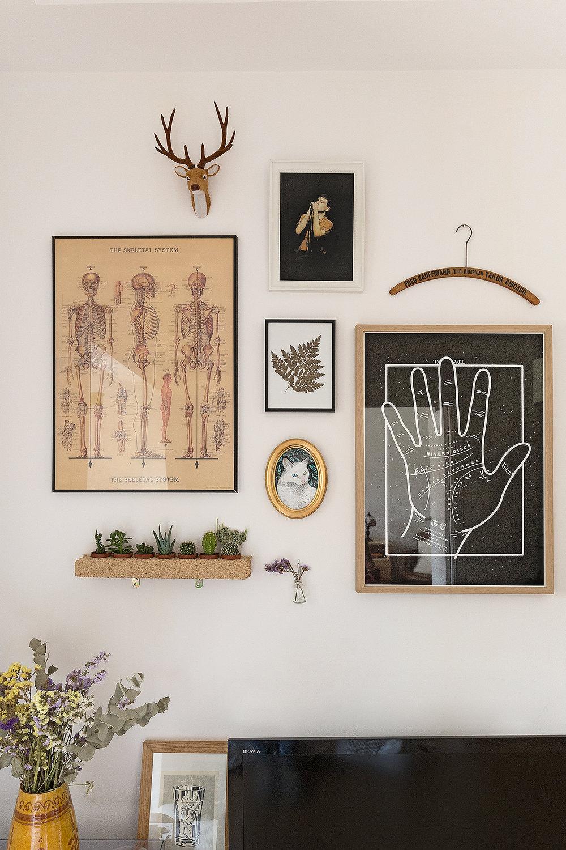 Parte de la pared del comedor, con tesoros como el cuadrito de mrmimishop, unos artistas que crearon una ilustración maravillosa de Gustav, y uno de los pósters de Arnau Pi.
