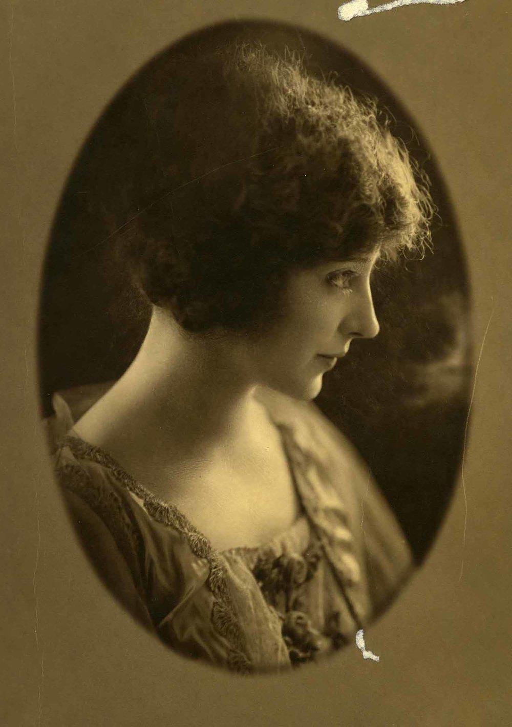 Anais 1922 1 portrait oval.jpg