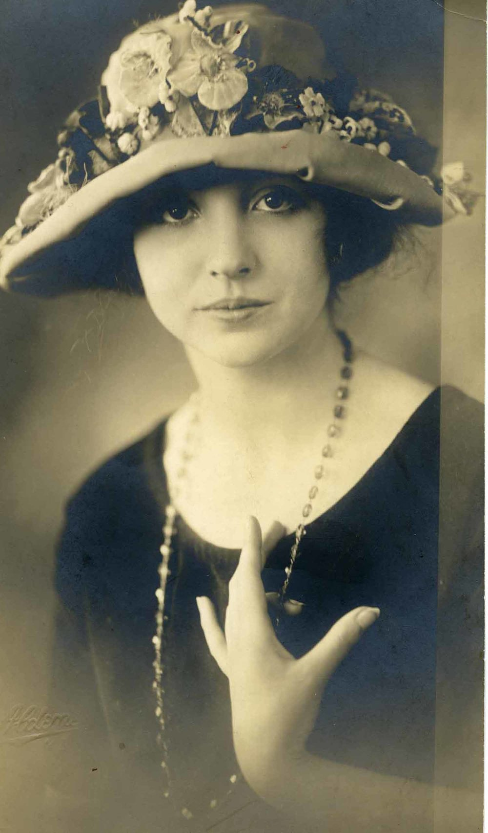 Anais 1923 17 flowered hat.jpg