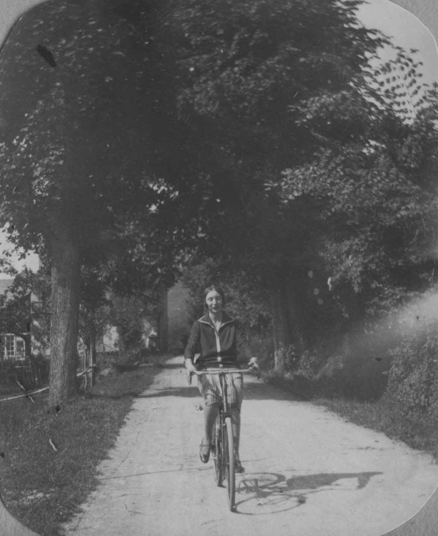 Anais 1927 9 May Pyranees.jpg