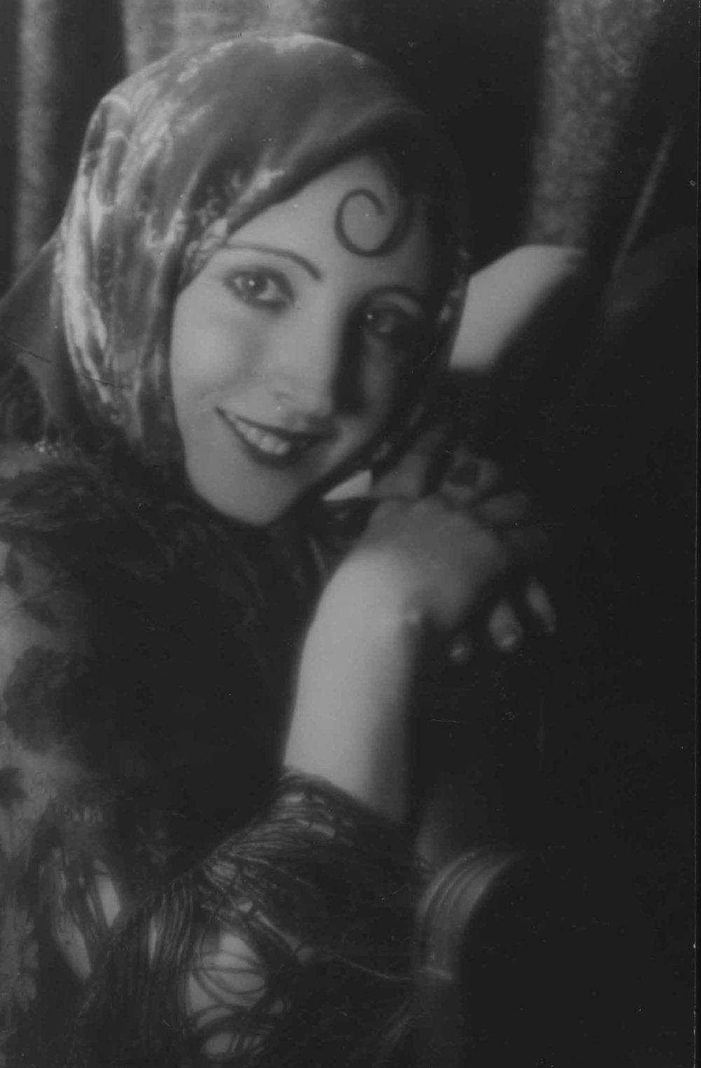 Anais 1927 22 Wilenski spitcurl hands.jpg