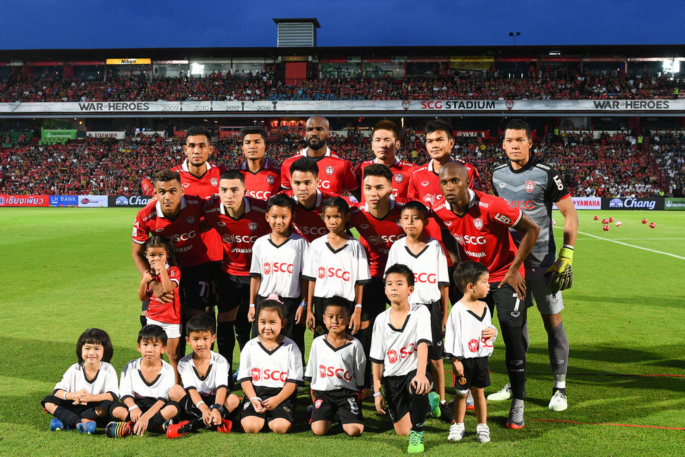 Sunday 09 Jul - SCG Muangthong starting line-up pose for the medias before they take the field to start their match at SCG Stadium in Bangkok, Thailand. (Credit Image: Thailand Photo SEALs Sports Photography) (Photographer: Naratip Golf Srisupab)
