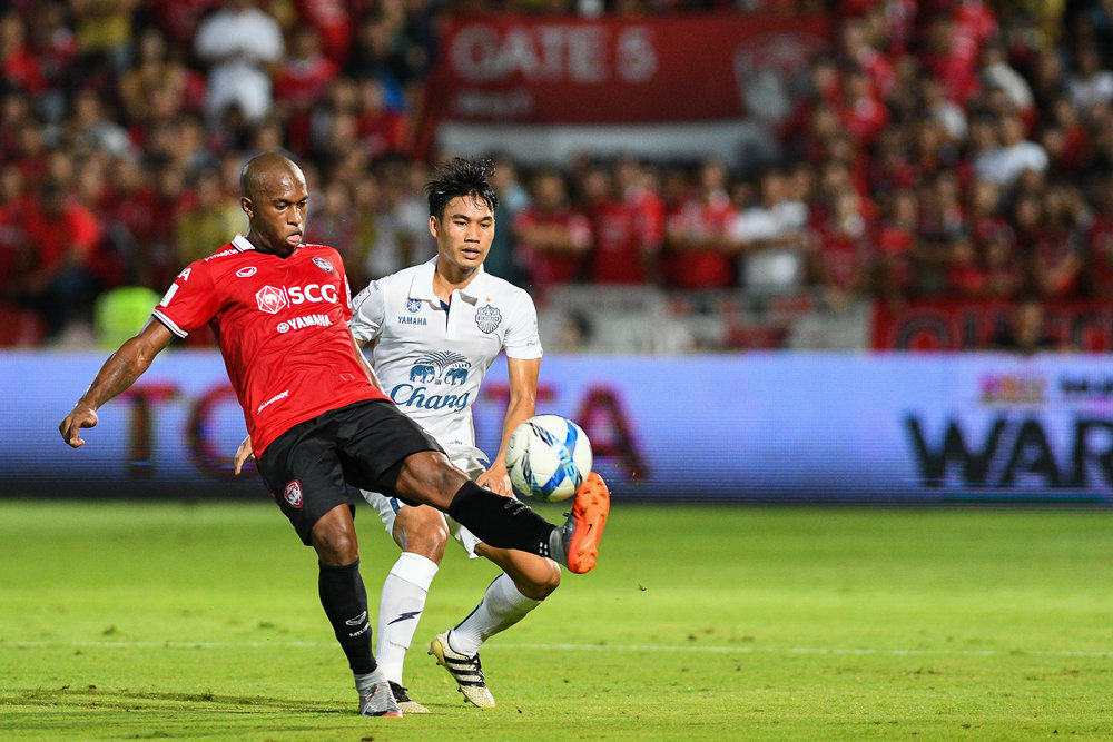 Sunday 09 Jul - SCG Muangthong #7 Heberty has the ball and looking to score as Buriram midfielder #26 looking over at SCG Stadium in Bangkok, Thailand. (Credit Image: Thailand Photo SEALs Sports Photography) (Photographer: Naratip Golf Srisupab)