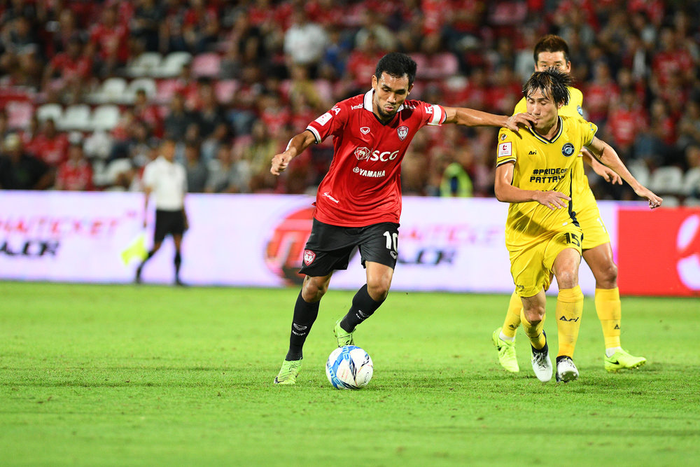 Sunday 02 Jul - SCG Muangthong forward #10 Teerasil looking to score in the second half at SCG Stadium in Bangkok, Thailand. (Credit Image: Thailand Photo SEALs Sports Photography) (Photographer: Naratip Golf Srisupab)