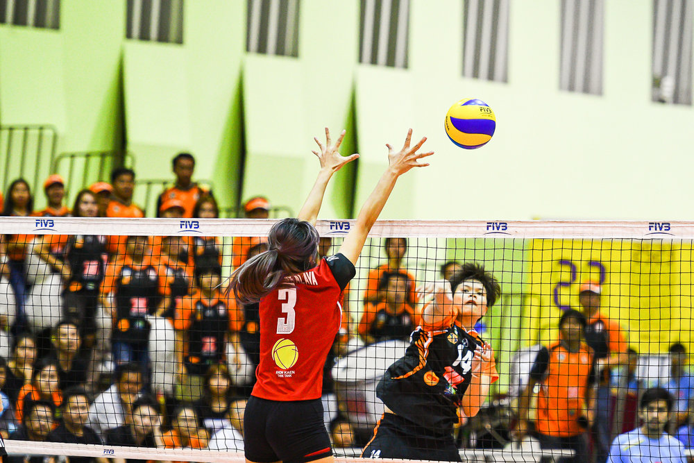 Friday 24 Mar - Khon Kaen Star - Kaewkalaya Kamulthala trying to block Nakhon Ratchasima VC from scoring at The Mall Bangkapi in Bangkok, Thailand. (Credit Image: Thailand Photo SEALs Sports Photography) (Photographer: Naratip Golf Srisupab)