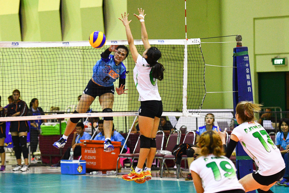 Friday 24 Mar - Both #6 are going at it at the net. 3BB Nakornont #6 Kuttika Kaewpin spiking over King-Bangkok VC #6 at The Mall Bangkapi in Bangkok, Thailand. (Credit Image: Thailand Photo SEALs Sports Photography) (Photographer: Naratip Golf Srisupab)