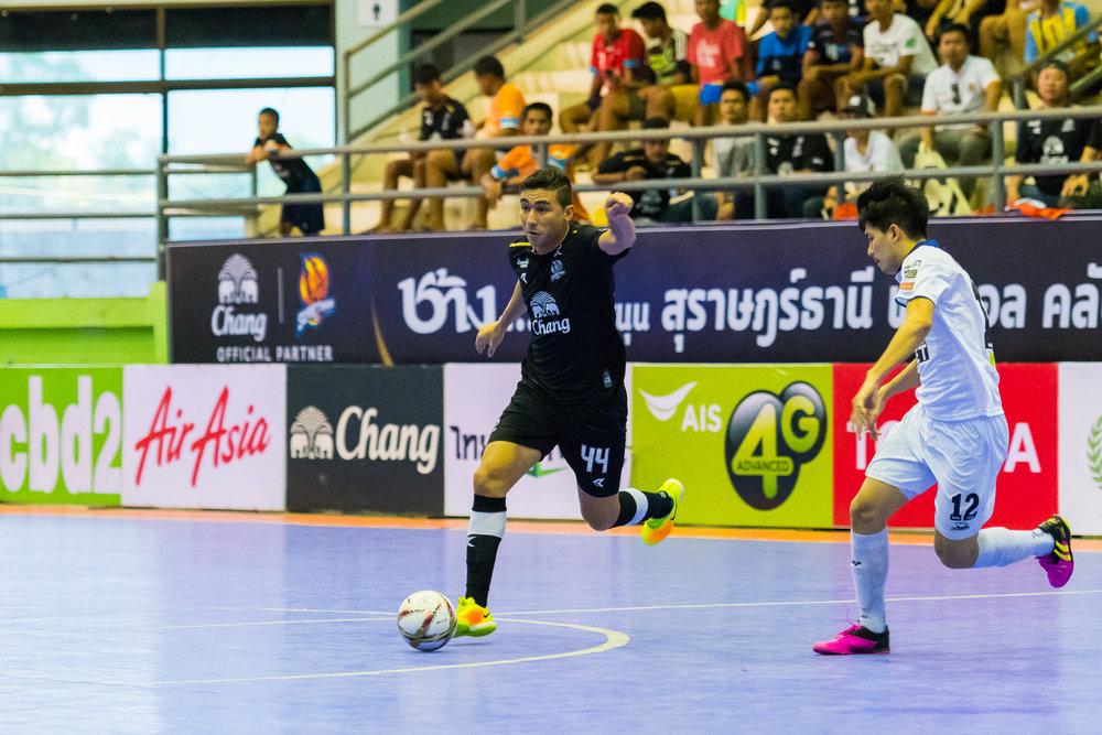 SURAT THANI, THAILAND - JUNE 11: Surat Thani vs Samut Sakhon Futsal on June 11, 2017 at Surat Thani Sports Complex, Surat Thani, Thailand. (Photo by: Naratip Srisupab/Thailand Photo SEALs Sports Photography)