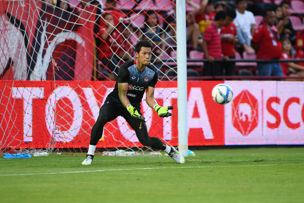 NONTHABURI, THAILAND - JULY 02: Kawin Thamsatchanan of SCG #1 Goal Keeper pre-game warm-up, Toyota Thai League T1, SCG Muangthong United vs Pattaya United on July 02, 2017 at SCG Stadium, Nonthaburi, Thailand. (Photo by: Naratip Srisupab/Thailand Photo SEALs Sports Photography)