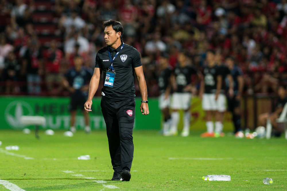 NONTHABURI, THAILAND - JULY 09: SCG Muangthong United Head Coach Totchtawan Sripan looks on the second half during Toyota Thai League T1, SCG Muangthong United vs Buriram United on July 09, 2017 at SCG Stadium, Nonthaburi, Thailand. (Photo by: Naratip Srisupab/Thailand Photo SEALs Sports Photography)