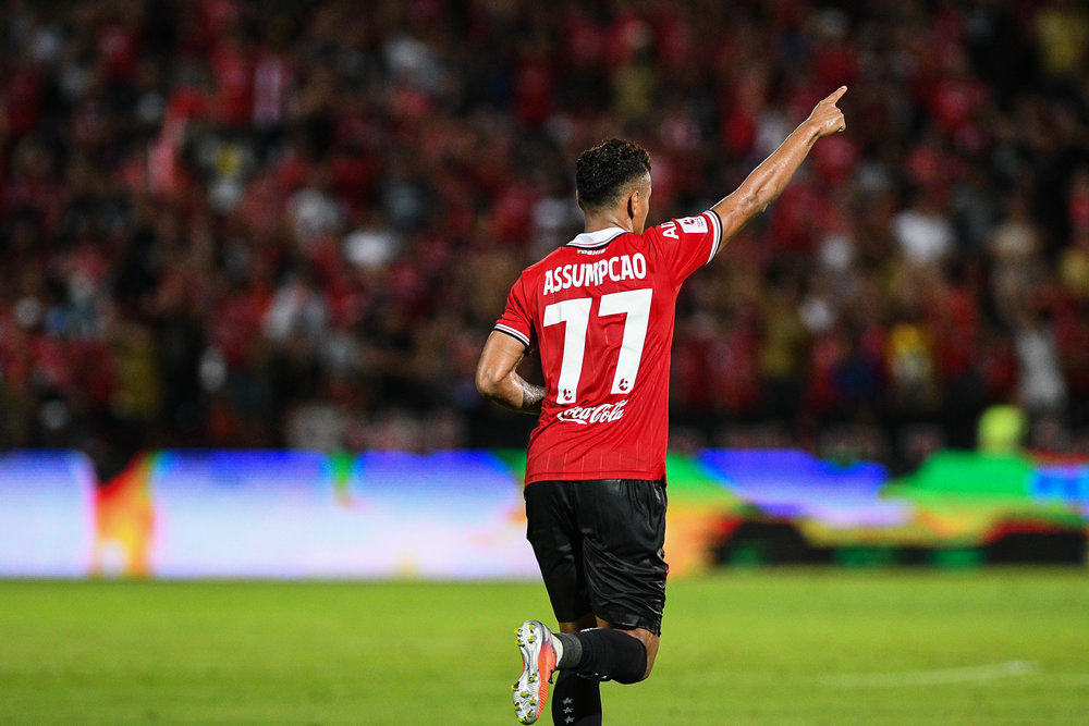 NONTHABURI, THAILAND - JULY 09: Leandro Assumpcao of SCG #77 Forward making a crucial goal to bring the home crowd back to life at the last 3 minutes to tie the game 1 - 1 during Toyota Thai League T1, SCG Muangthong United vs Buriram United on July 09, 2017 at SCG Stadium, Nonthaburi, Thailand. (Photo by: Naratip Srisupab/Thailand Photo SEALs Sports Photography)