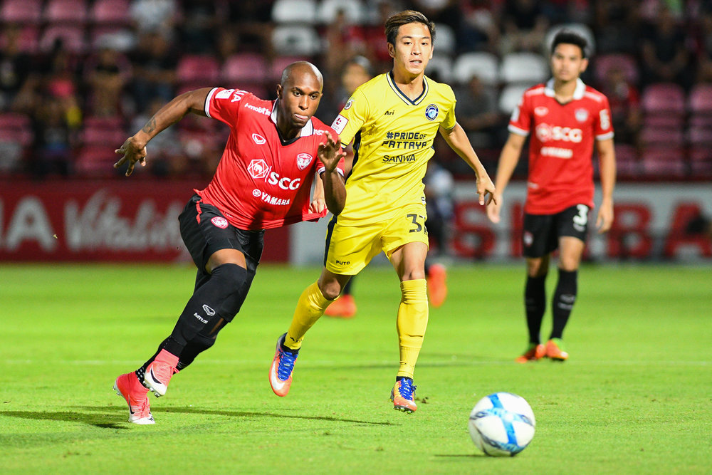 NONTHABURI, THAILAND - JULY 02: Heberty Fernendes of SCG #7 Forward and Picha of Pattaya #37 Mid Fielder during Toyota Thai League T1, SCG Muangthong United vs Pattaya United on July 02, 2017 at SCG Stadium, Nonthaburi, Thailand. (Photo by: Naratip Srisupab/Thailand Photo SEALs Sports Photography)