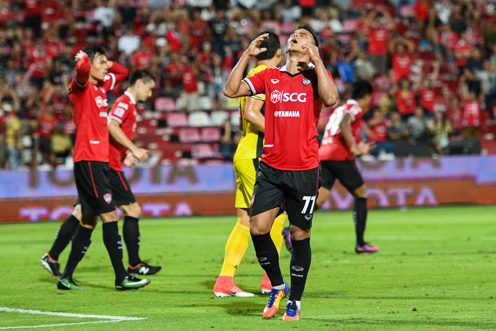 NONTHABURI, THAILAND - JULY 02: Leandro Assumpcao of SCG #77 Forward came inches to scoring in the first half during Toyota Thai League T1, SCG Muangthong United vs Pattaya United on July 02, 2017 at SCG Stadium, Nonthaburi, Thailand. (Photo by: Naratip Srisupab/Thailand Photo SEALs Sports Photography)