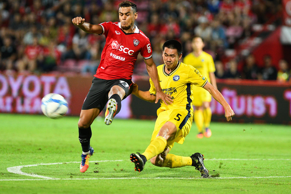 NONTHABURI, THAILAND - JULY 02: Leandro Assumpcao of SCG #77 Forward going for the goal as Sarawut of Pattaya #5 Defender came to put a stop on it during Toyota Thai League T1, SCG Muangthong United vs Pattaya United on July 02, 2017 at SCG Stadium, Nonthaburi, Thailand. (Photo by: Naratip Srisupab/Thailand Photo SEALs Sports Photography)