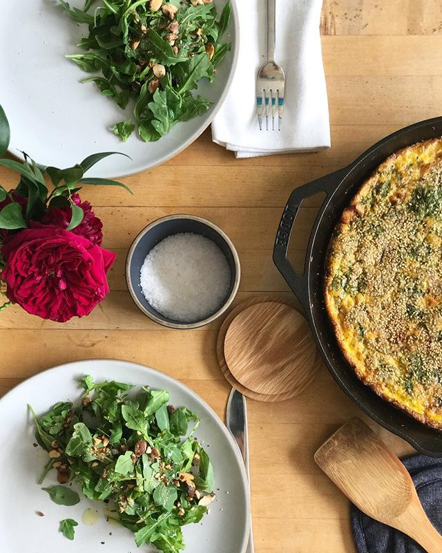 #tgifrittata = chicken + onion + dill + sesame with a salad of arugula + olive oil + roasted almonds. #weekendvibes vibes, here we come! ☀️⭐️☀️⭐️☀️#livingfullz