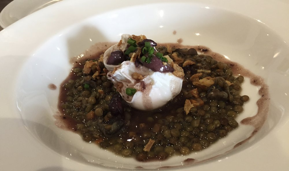 Poached egg with lentils and mushrooms