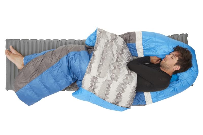 Un sac léger et résistant au froid Sierra Designs souhaite apporter une entière satisfaction aux randonneurs et le poids est un critère à ne pas négliger. La gamme Backcountry Bed a été conçue sans zip et possède une composition en duvet d'oie (700FP) pour obtenir un sac léger et résistant au froid, soit 987 grammes sur la balance pour le backcountry bed 35 en long (tem conf : 3 lim : -3)