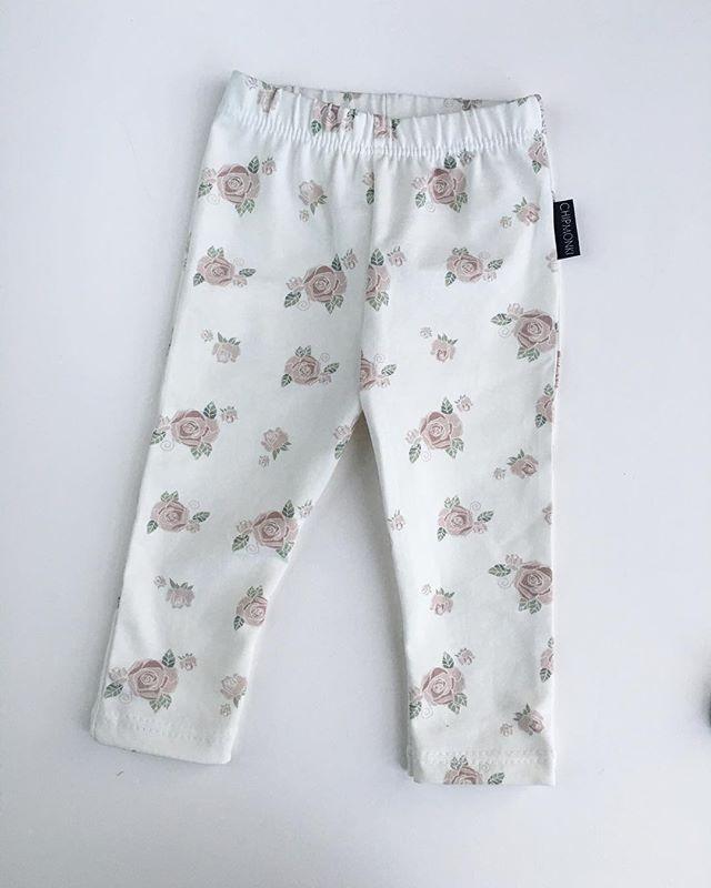 Leggings 💕 Leggings finns i storlek 50/56-104/110. Tyger och priser hittar ni som alltid på @chipmonki.tyger 🖤 Hoppas ni får en underbar lördagskväll! #chipmonki #inspirationforflickor #inspirationforpojkar #barnkläder #barnklädertillsalu #bebiskläder #bebisklädertillsalu #babyclothes #hemmasytt #hemmasytttillsalu #ekologiskabarnkläder #ekologiskabebiskläder #allgots #leggings